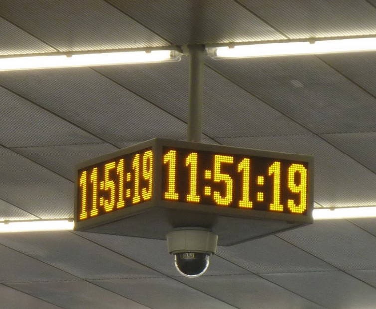LED panel ve tvaru čtyřstranných hodin s kamerou.