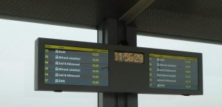 """Obr. č.7: Dvojitý odjezdový LCD panel (2x21"""") s hodinami - typ ELP A821EH."""