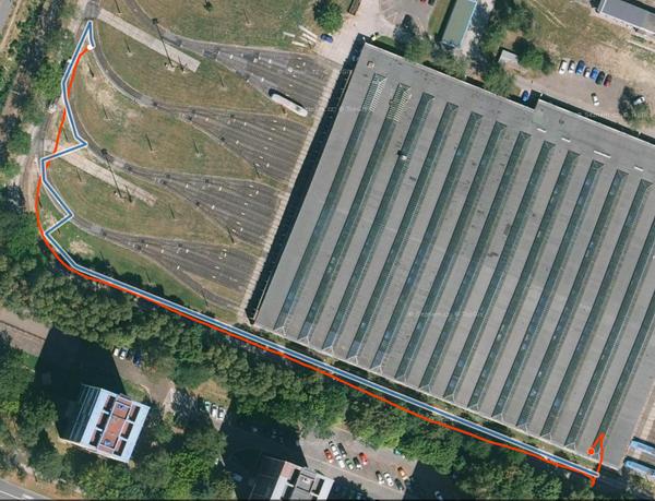 Obr. č.1: Testovací trasa ve vozovně Poruba (DPO a.s.). Ukázka trajektorie vozu měřené z GPS (červeně) a odhadované na základě fúze sensorů (modře) a lokalizované na koleje.