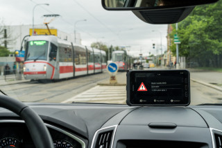 Picture 1: Reception of signals from V2X communication – warning against a tram stationed ahead – as displayed on the driver tablet.